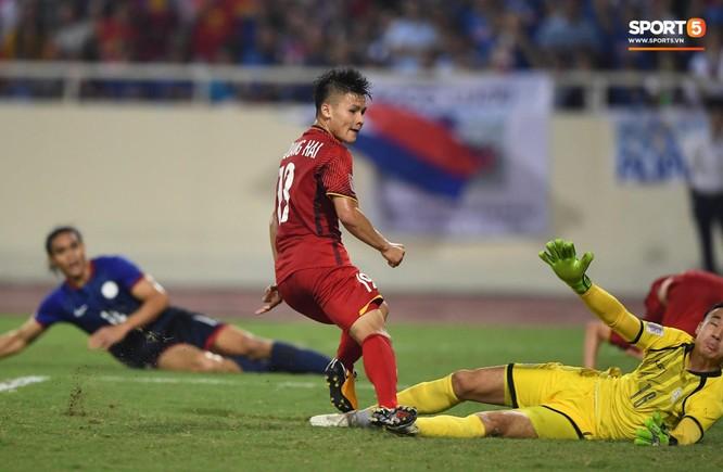 HLV Park Hang-seo đã không gọi Văn Quyết để xây dựng lối đá của đội tuyển mà Quang Hải sẽ được giao phó nhiệm vụ cầm nhịp lối chơi. Ảnh HNFC.