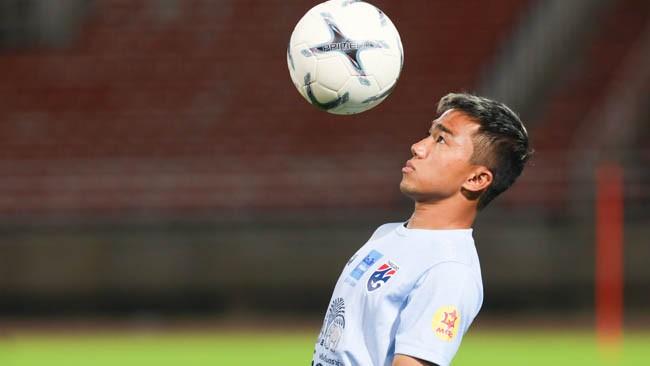 """Đến nay, mới 25 tuổi nhưng Chanathip đã 7 năm chơi cho ĐT Thái Lan và đang là linh hồn của bầy """"voi chiến"""". Ảnh FAT."""
