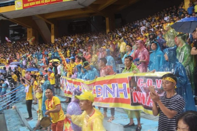Nắng, mưa không ngăn được người Nam Định đến sân. Ảnh NĐFC.