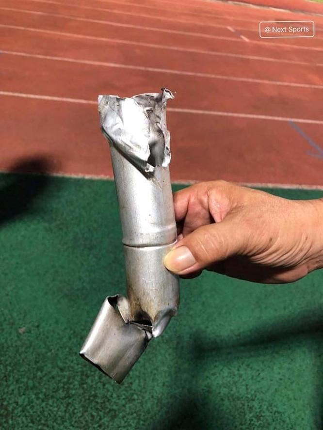 Đi xem bóng đá có nhất thiết đem theo pháo không? Ảnh VietTimes.