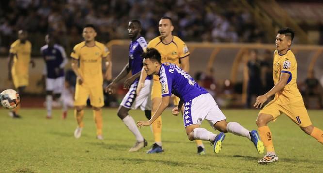 Cú đánh đầu đập đất của trung vệ Thanh Chung đã đưa Hà Nội lên ngôi vô địch. Ảnh VPF.