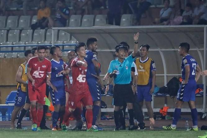Các đội bóng Việt Nam hình thành thói quen cứ thua là vây trọng tài gây sức ép. Ảnh BDFC.