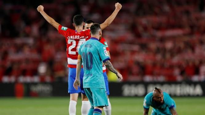 Arturo Vidal để bóng chạm tay trong vòng cấm còn khiến CLB xứ Catalan bị trả giá bằng bàn thua thứ 2ctrên chấm phạt đền. Ảnh MNS.