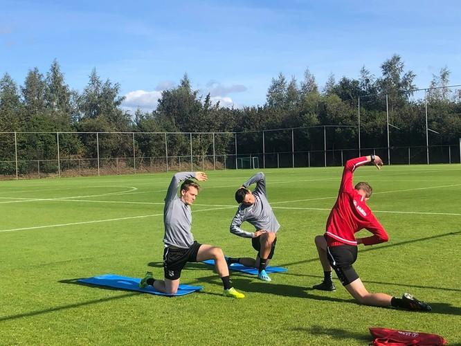 Cùng ra sân với anh còn có một tân binh khác là tuyển thủ đội Croatia Alen Halihovic. Ba thầy trò đã cùng khởi động bằng bài chạy xung quanh sân rồi sau đó tập nhẹ. Ảnh CLB.