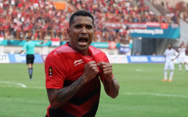 Cầu thủ gốc Brazil Goncalves da Costa đã 38 tuổi vẫn phải gánh vác nhiệm vụ ghi bàn cho ĐT Indonesia. Ảnh CNN