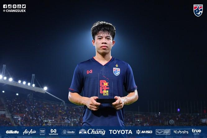 Ekanit Panya mới chỉ 19 tuổi trong lần thứ 2 được khoác áo ĐT tuyển đã được bầu chọn là cầu thủ xuất sắc nhất trận đấu. Ảnh FAT