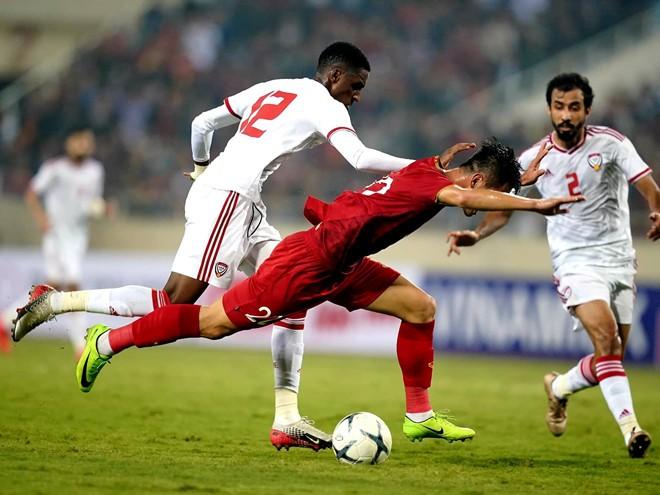 Pha bóng dẫn đến chiếc thẻ đỏ của Khalifa Al Hammadi (12) trở thành bước ngoặt của trận đấu. Ảnh màn hình