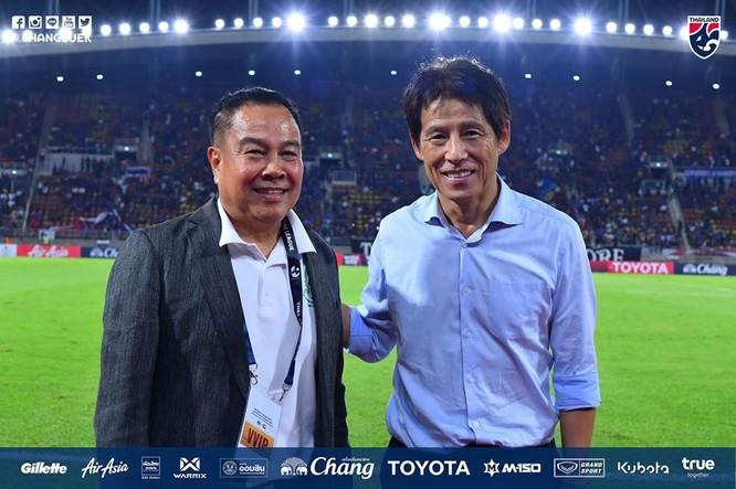 Trước SEA Games 30, Thái Lan gia hạn hợp đồng với HLV A. Nishino thêm 2 năm để động viên nhà cầm quân này. Ảnh Changsuek.
