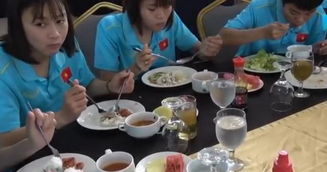 Các cô gái vàng Việt Nam ăn uống đạm bạc tại SEA Games 20. Ảnh TĐ