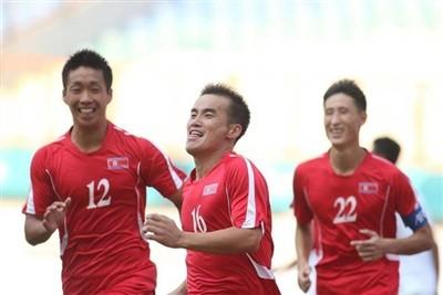 HLV Ju Song-il không có sự phục vụ của cặp trung vệ Jong Kum-song và So Jong-hyok cùng tiền đạo Kim Yu-song. Ảnh Fox