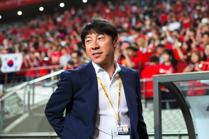 Nếu như bóng đá Thái Lan hướng sang Nhật Bản thì Indonesia lại học tập Việt Nam, bổ nhiệm ông Shin Tae-Yong, HLV Hàn Quốc dự World Cup 2018 làm thuyền trưởng đội tuyển Indonesia. Ảnh PSSI