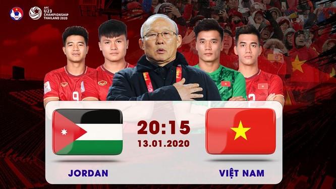 Người hâm mộ Việt Nam sát cát cùng BHL, cầu thủ. Ảnh VFF