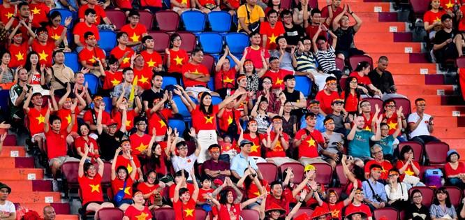 Các CĐV Việt Nam chỉ có được niềm vui nửa đầu hiệp 1. Ảnh AFC