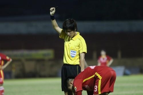 Trọng tài FIFA Lê Thị Ly vốn là cử nhân tài chính-kế toán. Ảnh TTTP