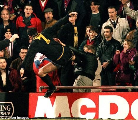 Old Trafford: Chiếc áo số 7 và tấm băng đội trưởng ảnh 1