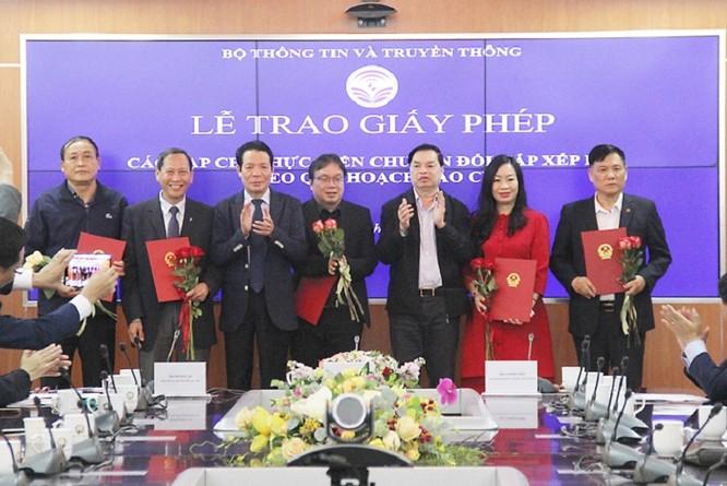 Thứ trưởng Bộ TT&TT trao giấy phép cho một số cơ quan báo chí.