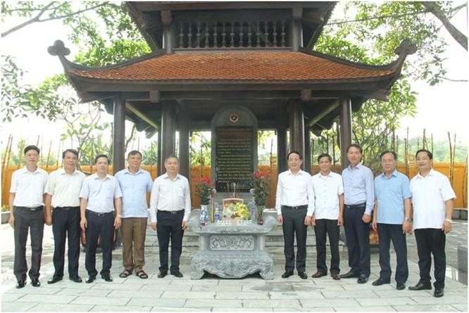 Thứ trưởng Bộ TT&TT Phạm Anh Tuấn dâng hương tưởng niệm Hồ Chủ tịch tại ATK Định Hóa ảnh 1