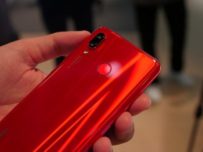 Trên tay nhanh Huawei Nova 3: Màu sắc rực rỡ, chất lượng tuyệt vời ảnh 2