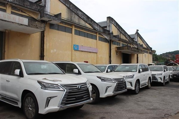 Một lô xe Lexus được nhập về tại Cảng Đà Nẵng