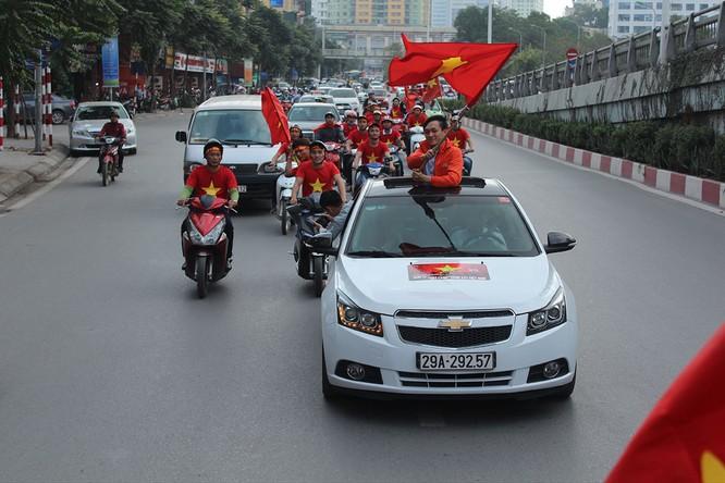Các tuyến phố ngập tràn sắc đỏ màu cờ sắc áo của đội tuyển quốc gia U23 Việt Nam