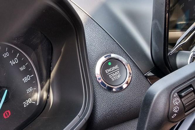 Nút bấm khởi động và tính năng Auto Start Stop – tự động khởi động động cơ trên các phiên bản cao cấp.