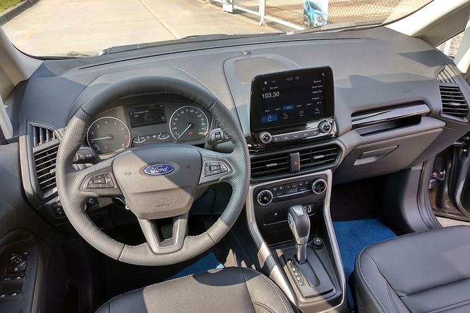 Nội thất Ford EcoSport Mới được các nhà thiết kế của Ford chăm chút và nâng cấp đến 90% về mặt chức năng và tiện nghi, dựa trên những yếu tố hướng tới người dùng. EcoSport mới được thiết kế có tới 25 chỗ để đồ trong xe.