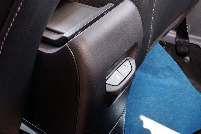Người ngồi sau giờ đây có thể chủ động việc đóng mở khóa cửa nhờ nút bấm được tích hợp ở hốc để đồ trung tâm