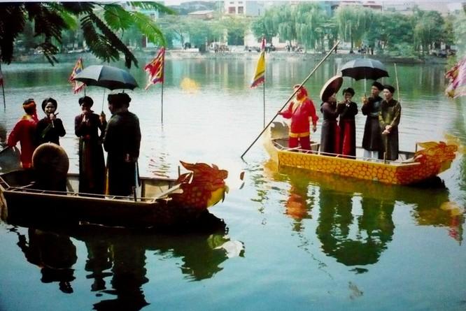 Hình ảnh hát đôi trên thuyền