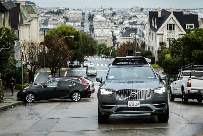 Chiếc xe thử nghiệm tính năng tự lái của Uber đang chạy trên đường ở San Francisco