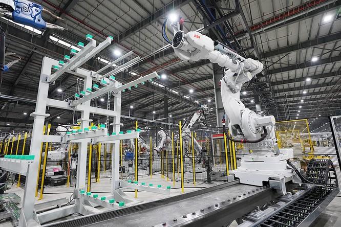 """Chiêm ngưỡng """"binh đoàn"""" Robot tại nhà máy ô tô VinFast ảnh 9"""
