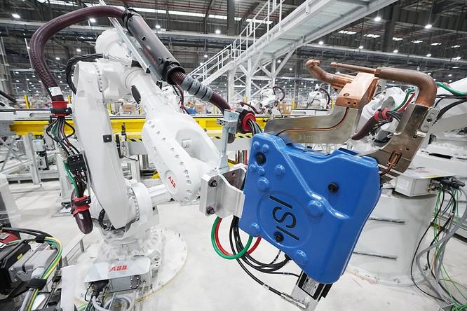 """Chiêm ngưỡng """"binh đoàn"""" Robot tại nhà máy ô tô VinFast ảnh 2"""