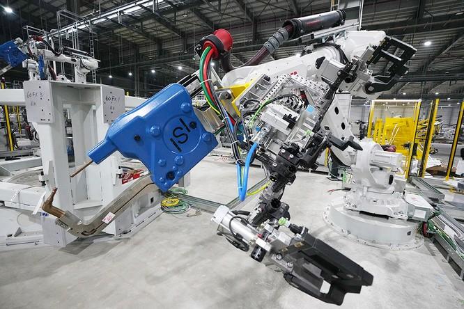 """Chiêm ngưỡng """"binh đoàn"""" Robot tại nhà máy ô tô VinFast ảnh 4"""