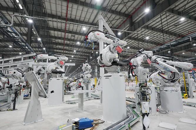 """Chiêm ngưỡng """"binh đoàn"""" Robot tại nhà máy ô tô VinFast ảnh 5"""