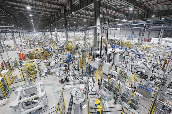 """Chiêm ngưỡng """"binh đoàn"""" Robot tại nhà máy ô tô VinFast ảnh 7"""