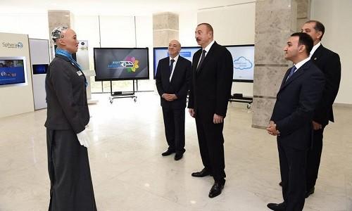 Sophia trò chuyện với tổng thống Ilham Aliyev. Ảnh: Forbes.