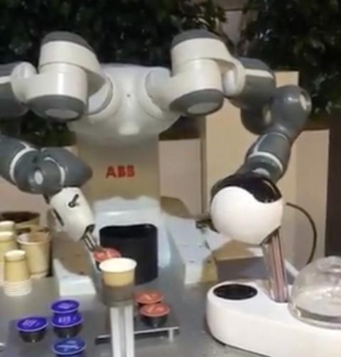 Robot pha cà phê ở Diễn đàn Kinh tế Thế giới - ảnh 1