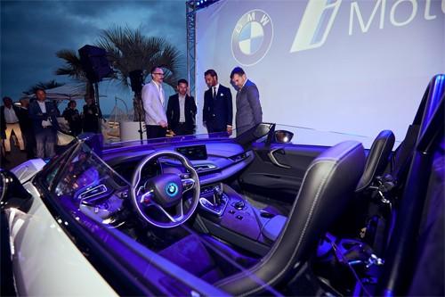i8 Roadstar Safety Car có kiểu kính chắn gió phong cách xe đua. Phần kính bên cũng được thiết kế lại.