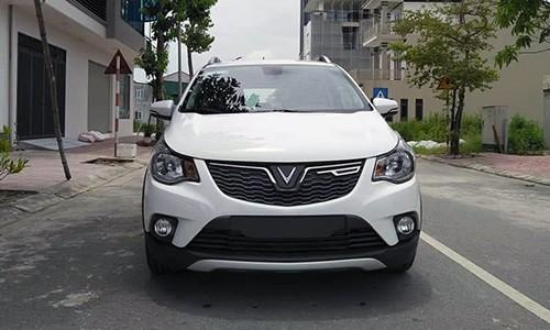 Lưới tản nhiệt gắn logo cách điệu từ chữ V, tượng trưng cho VinFast. Cụm đèn sương mù đặt bên dưới như thường thấy trên các dòng xe hiện nay.