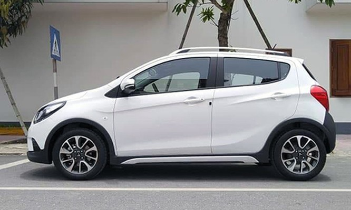 Fadil có kích thước dài, rộng, cao lần lượt 3.675 x 1.632 x 1.495 mm. Trục cơ sở xe ở mức 2.385 mm. Mẫu xe VinFast nhỏ hơn Hyundai Grand i10 kích thước tương ứng 3.765 x 1.660 x 1.505 mm.