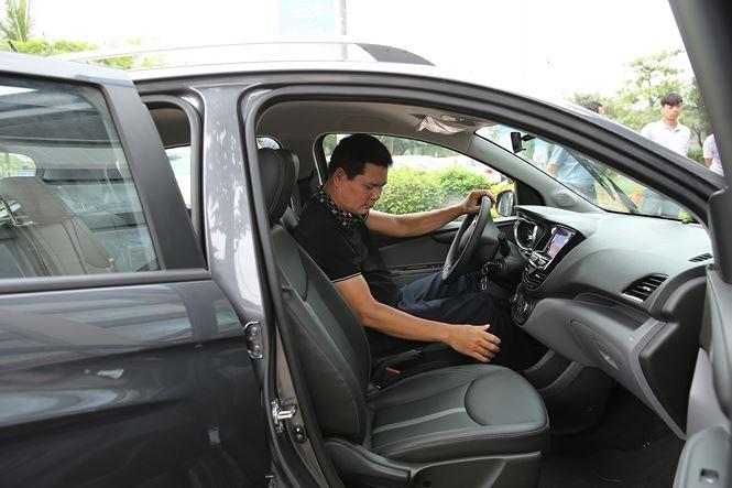 Khách hàng chen nhau lái thử xe VinFast Fadil - ảnh 2