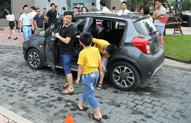 Khách hàng chen nhau lái thử xe VinFast Fadil - ảnh 3