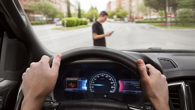 Những công nghệ hỗ trợ giúp người cao tuổi lái xe an toàn ảnh 1