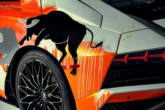 """Vẽ một đàn bò tót, nam thanh niên biến siêu xe thành """"tranh di động"""" ảnh 1"""