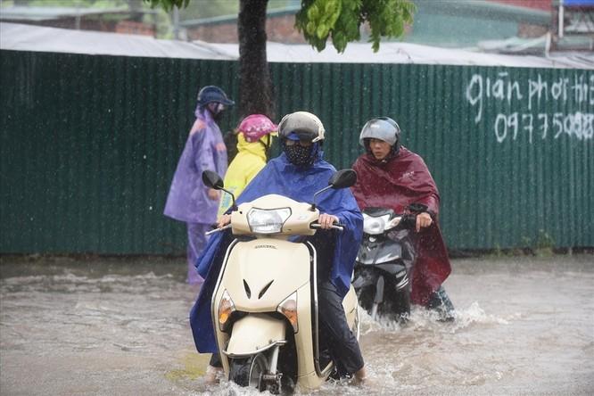 Vì sao xe máy nên tránh xa các tòa nhà cao tầng khi mưa bão? ảnh 1