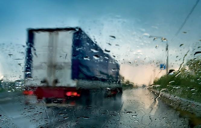 """Những nguyên tắc """"sinh tồn"""" khi lái xe trong mưa bão ảnh 3"""
