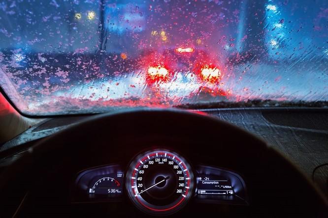 """Những nguyên tắc """"sinh tồn"""" khi lái xe trong mưa bão ảnh 1"""