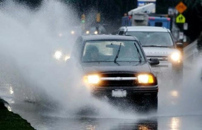 """Những nguyên tắc """"sinh tồn"""" khi lái xe trong mưa bão ảnh 2"""