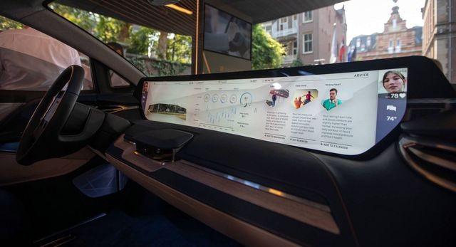 Không còn chạy đua mã lực, các hãng so kè kích cỡ màn hình trên xe ảnh 2
