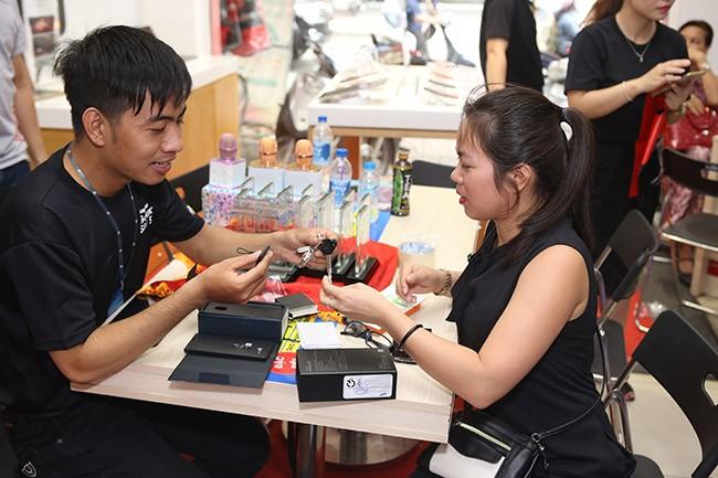 """Galaxy S8 Plus """"đắt sô"""" ngày đầu mở bán tại Việt Nam ảnh 2"""