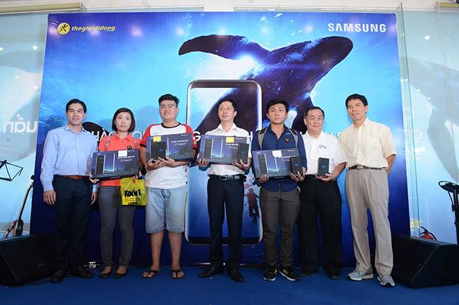 """Galaxy S8 Plus """"đắt sô"""" ngày đầu mở bán tại Việt Nam ảnh 3"""